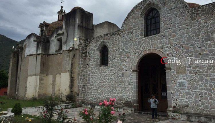 08 Don Adán, ante fachada del templo de Ixtacamaxtitlán.