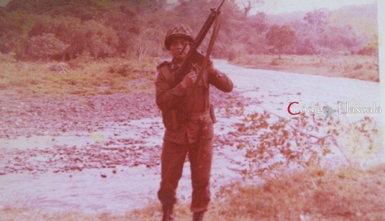 13 Con fusil ametrallador ligero marca Fal, a orillas de río de Roca Partida, en Véracruz.
