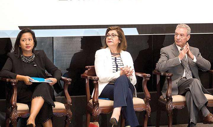 Arifin-Cabo, De la Peña y artista César Costa, durante presentación de Barrientos. (Excélsior.com.mx)