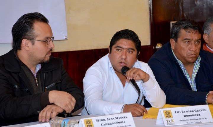 Manuel Cambrón (izq) y Eymar Grande, en rueda en que ofrecieron honestidad el pasado noviembre. (e-tlaxcala.mx)