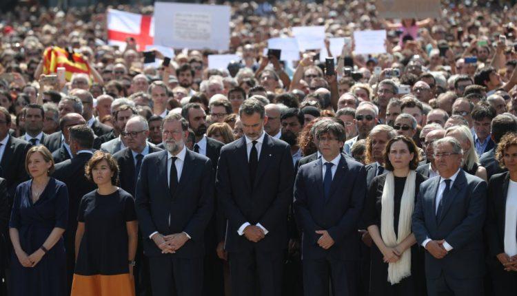 01 Rajoy y Felipe VI en la Plaza de Cataluña, el sábado. (.bbc.com)