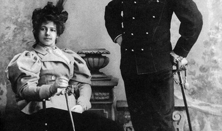 02 Margaretha con esposo Rudolph MacLeod en India. ()