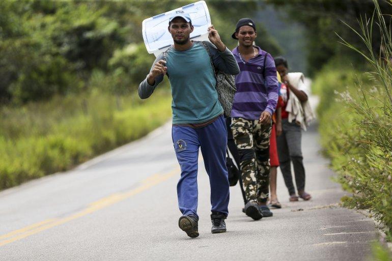 02 Migrantes venezolanos en carretera de Roraima, amazonía ...
